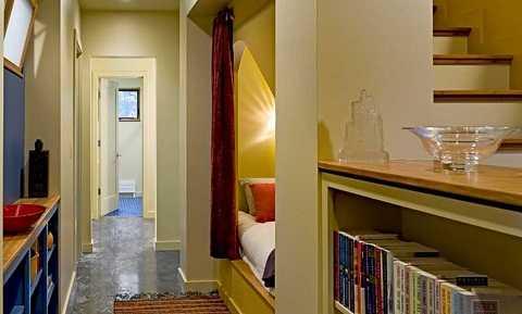 Khi giấc ngủ ập đến, thì việc phải đi cầu thang lên phòng ngủ dường như quá dài.  Vậy  một chiếc giường nhỏ nằm gọn trọng gầm cầu thang như một giải pháp tiện lợi và hoàn hảo.