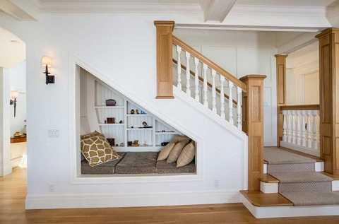 Một phòng đọc sách nhỏ sẽ thu hút sự chú ý của bất cứ vị khách nào bước đến nhà bạn. Một căn phòng nằm ngay dưới gầm cầu thang vừa tiết kiệm không gian, vừa điểm cho phòng khách thêm tinh tế và đầy đủ hơn.