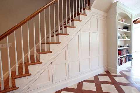 Nếu bạn muốn tận dụng không gian một cách tiện lợi nhất, không gì thực tế hơn một tủ đựng đồ ngay dưới  cầu thang.