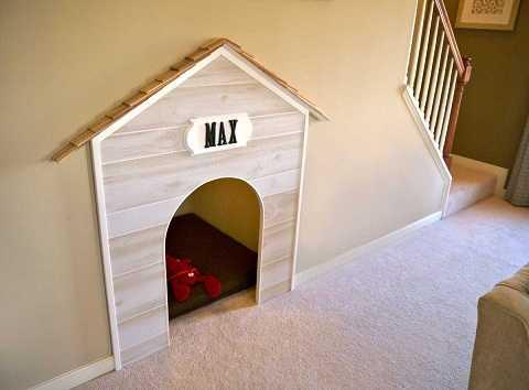 Nếu gia đình bạn nuôi một chú cún, một ngôi nhà cho thú cưng ngay dưới gầm cầu thang còn gì là hợp lý hơn?