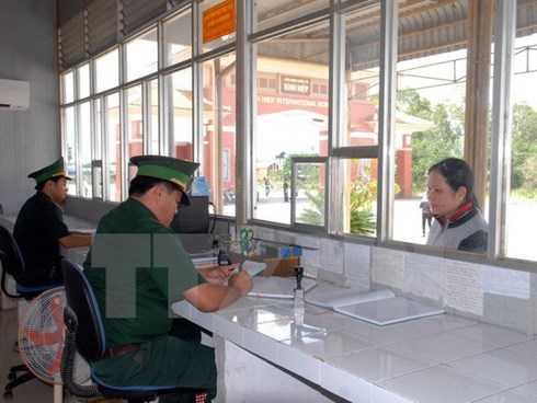Bộ đội Biên phòng cửa khẩu quốc tế Bình Hiệp (Long An) làm thủ tục xuất nhập cảnh cho du khách. (Ảnh: Mạnh Linh/TTXVN)
