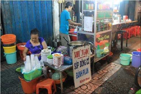 Một trong số nhiều gian súp cua ngon trên đường Cô Giang, Quận 1.