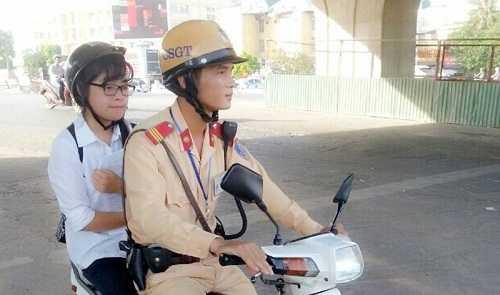 CSGT dùng xe chuyên dụng chở sĩ tử đến trường thi
