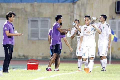 Các cầu thủ Hà Nội T&T uống nước trong lúc bóng chết ở trận gặp XSKT Cần Thơ cuối tuần vừa qua