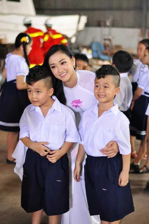 Đặc biệt, khán giả còn chú ý khi bên cạnh cô giáo xinh đẹp là những em học sinh đáng yêu tinh nghịch nhưng đối với các em thì cô giáo lại luôn là nỗi khiếp sợ.