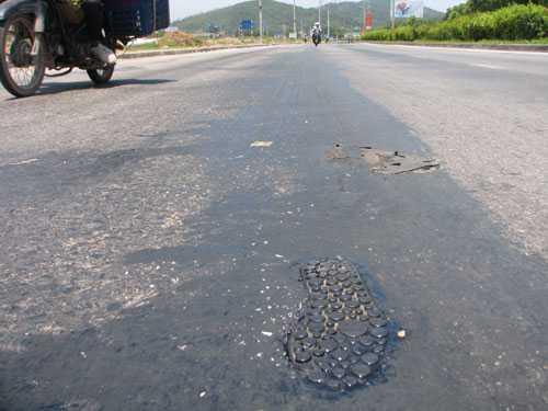 Đoạn đường bị chảy nhựa kéo dài hơn 200 m. Ảnh: Minh Cương