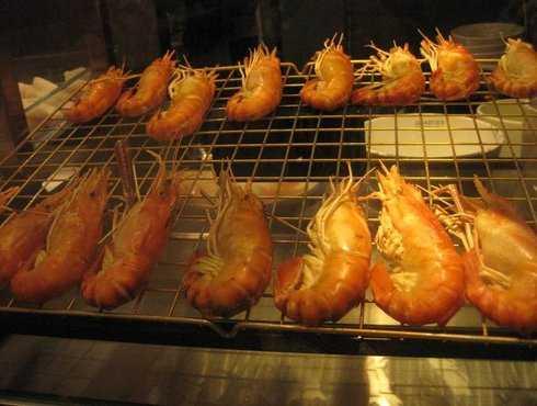Món tom yum với tôm rất to và tươi rói như thế này được bán với giá 125 baht (chưa đến 100.000 VNĐ) tại khu food court ở Emporium. Đây là món khá đắt so với mức giá bình quân chỉ từ 35.000 VNĐ đến 100.000 VNĐ cho một bữa ăn ngon-bổ-rẻ trong khu food court.