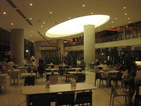 Khu vực bàn ăn cực kỳ rộng rãi, bạn chỉ việc mua thẻ, gọi món và thoải mái ngồi thưởng thức.