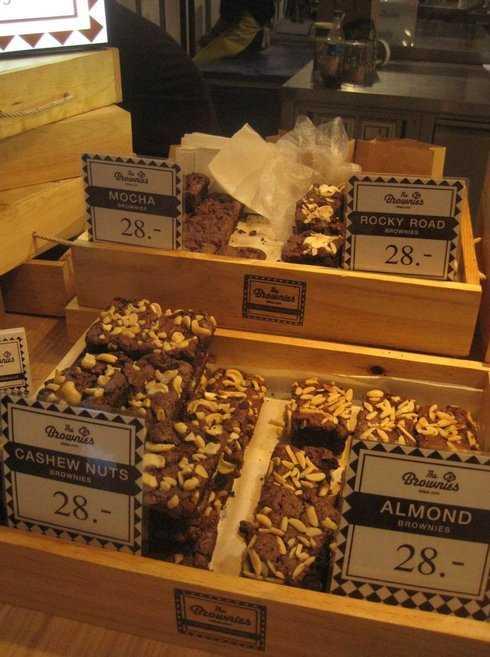 Quầy bánh của The Brownies, một cửa hiệu bánh địa phương được yêu thích vì hương vị chocolate tự nhiên rất đậm vị với nhiều loại topping đặc sắc.