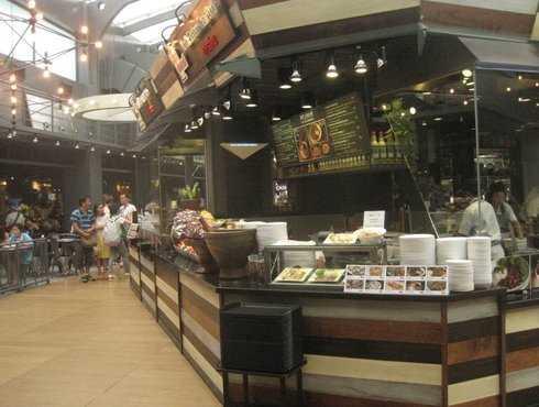 Khu Food Republic ở trung tâm thương mại Siam có ánh sáng trời tự nhiên, nhưng mát rượi vì có điều hoà liên tục.