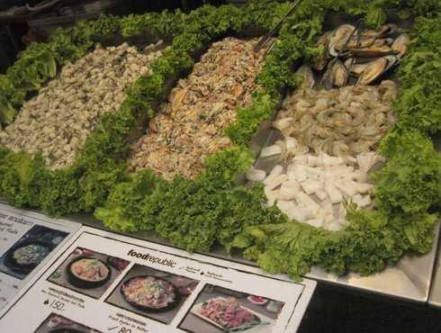 """Người Thái rất mê ăn hải sản theo kiểu xào. Nếu có dịp ghé Food Republic ở Siam, bạn nhớ thử món Hoytod (tên tiếng Anh """"Fried mussel in hot pan""""), ăn gần giống bột chiên, nhưng có nhân đặc biệt là sò! Một phần như thế này có giá chỉ từ 80 baht (khoảng 50.000 VND)."""