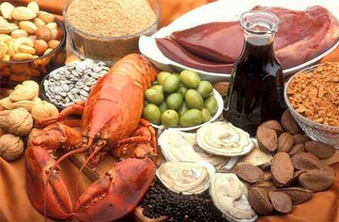 Mẹ cần chú ý bổ sung cho bé các thực phẩm giàu kẽm như hàu, sò, tôm, cua, thịt bò, gan, lạc, vừng, đậu nành, rau chân vịt,... (Ảnh minh họa)
