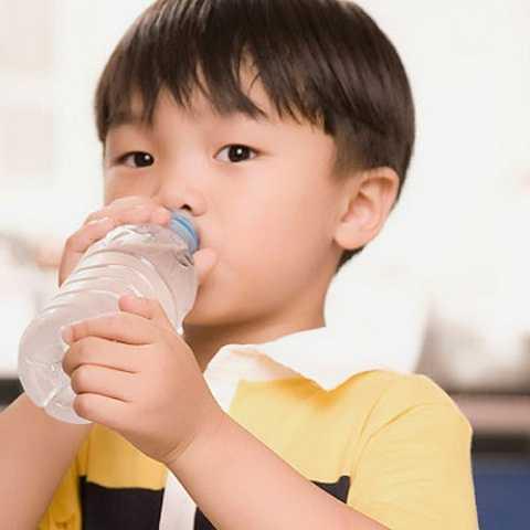 Mẹ cần cho bé uống đủ nước nhưng cần nói