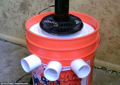 Chèn 3 ống nhựa vào 3 lỗ rồi cho quạt cơ lên trên