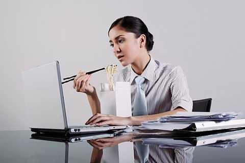Vì quá bận rộn hoặc ngại ra ngoài ăn mà không ít người có thói quen ăn trưa tại bàn làm việc. Một cuộc khảo sát gần đây cho thấy 92% nhân viên văn phòng thích ăn trưa tại bàn làm việc. Tuy nhiên, đây là một thói quen không lành mạnh.