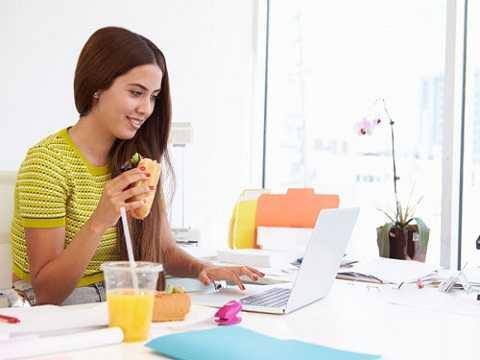 Nhiễm vi khuẩn. Bàn phím, chuột trên bàn làm việc là nơi chứa nhiều vi khuẩn và tạo điều kiện cho vi khuẩn sinh sản nhanh. Bạn nên ăn ở nhiều nơi khác nhau để giảm thiểu vi khuẩn đi vào cơ thể.