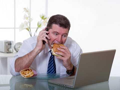 Giết chết hệ tiêu hóa. Các thực phẩm ăn tại bàn làm việc thương là đồ ăn vặt hoặc thức ăn nhanh. Những thực phẩm không lành mạnh này sẽ dần giết chết hệ thống tiêu hóa của bạn.