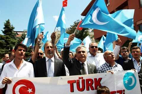 Những người biểu tình đứng trước Lãnh sự quán Trung Quốc tại Istanbul