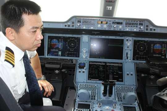 Trên máy bay A350-900, hành khách có thể truy cập internet và nhắn tin qua SMS. Trong ảnh: Phòng lái máy bay Airbus A350-900 Ảnh: Phương Nhung