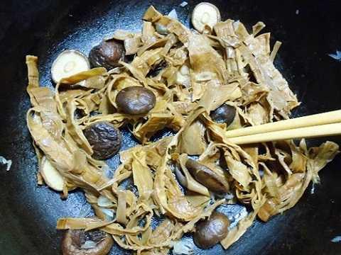 Bước 2: Phi thơm hành khô với chút dầu ăn, cho măng với nấm hương vào xào, nêm ½ thìa súp cho măng xào ngấm gia vị.