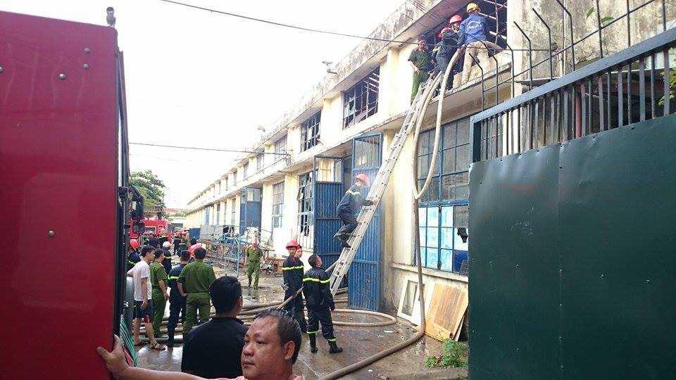Lực lượng PCCC nỗ lực dập lửa - Ảnh: Việt Linh