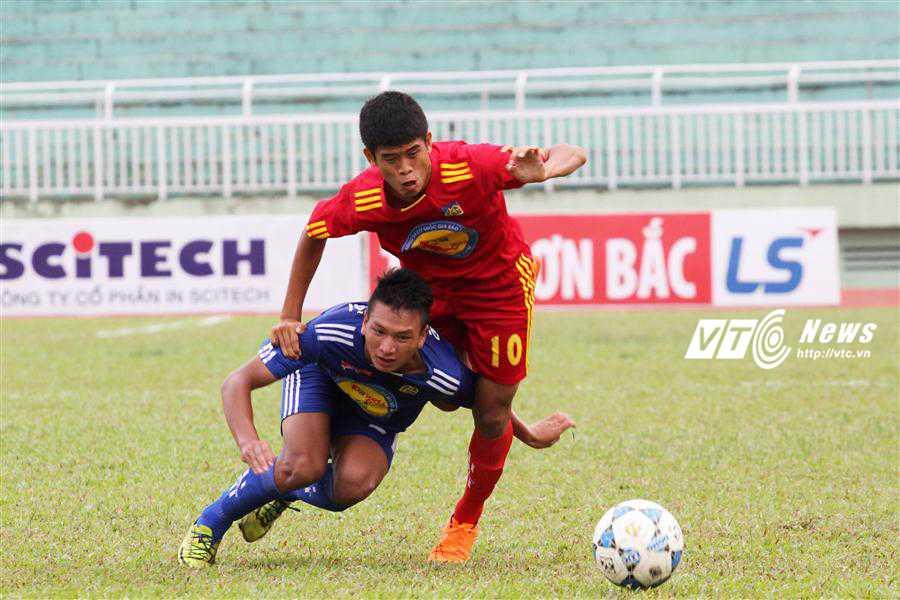 U17 PVF (áo đỏ) thể hiện sức mạnh vượt trội tại VCK U17 Quốc gia năm 2015 (ảnh: Hoàng Tùng)