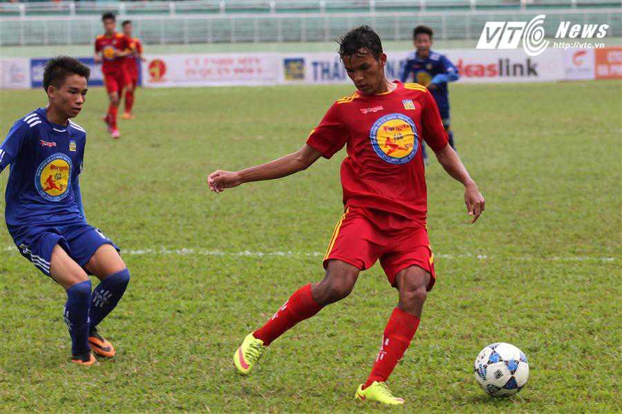 Tiền vệ cánh Lâm Thuận (áo đỏ) luôn là mũi nhọn tấn công lợi hại của U17 PVF (ảnh: Hoàng Tùng)