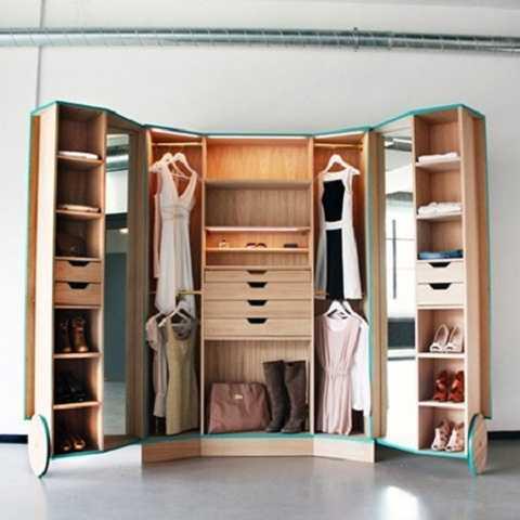 Sắp xếp quần áo theo màu sắc sẽ khiến tủ đồ cực gọn mắt và thú vị