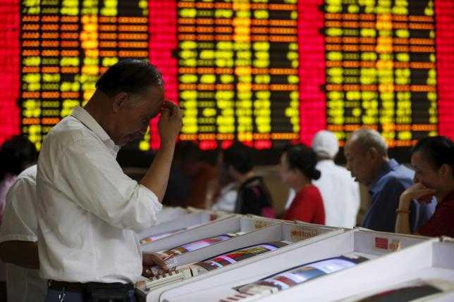 Nhà đầu tư chứng khoán tại một công ty môi giới ở Thượng Hải ngày 8/7. Ảnh: Reuters