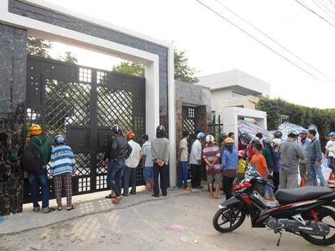 Đông người dân tập trung cổng trước công ty Quốc Anh xem vụ việc. Ảnh: Phan Cường