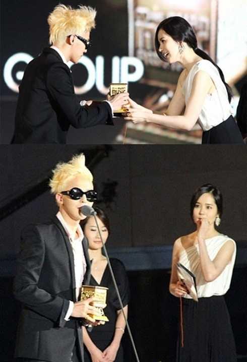 Han Ga In là một trong những fan nổi tiếng nhất của G-Dragon. Dù đã lập gia đình nhưng cô gần như không bỏ sót bất kỳ concert nào của thần tượng. Chồng cô – nam diễn viên Yeon Jung Hun không những không ghen tỵ mà còn luôn tháp tùng vợ đi xem GD biểu diễn.