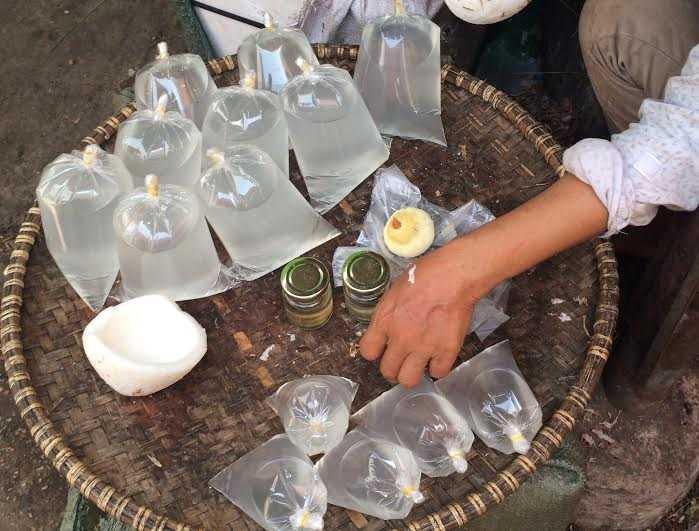 Nước dừa nguyên chất được bán theo lít ở Hà Nội với giá 20.000 đồng