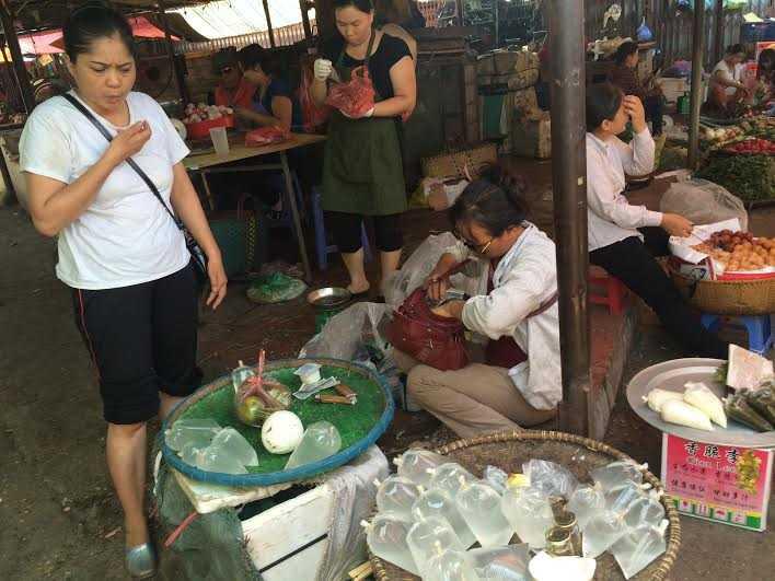 Giá rẻ, người dân tranh nhau mua nước dừa về uống giải nhiệt