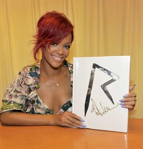 Rihanna ký tặng cho fan.