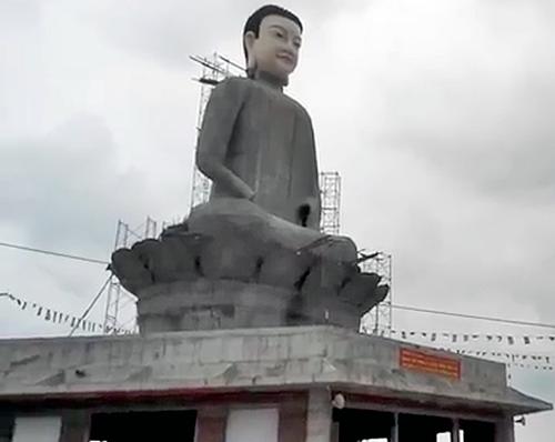 Tượng Phật tại chùa Sắc Thiên Vương Quan Âm khi chưa bị sập đổ