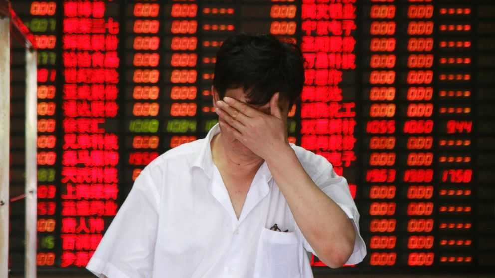 Các nhà đầu tư trở nên hoảng loạn, mất niềm tin dẫn tới bán tháo cổ phần mong cứu vãn lại được phần nào - Ảnh: Getty