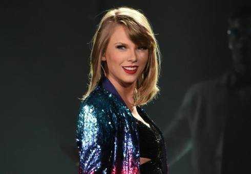 Taylor Swift đã ủng hộ 50.000USD để chữa bệnh cho Naomi, fan nhí của mình.