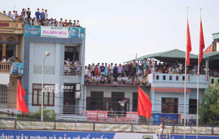 Khán giả Thanh Hóa xem trận đấu từ những nhà cao tầng bên cạnh sân (Ảnh: Hà Thành)