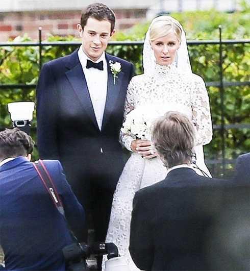 Nicky Hilton (phải) đã kết hôn vớiJames Rothschild.