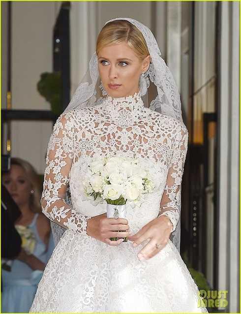 Chiếc đầm mang phong cách hoàng gia với các chi tiết đắp ren cầu kỳ.