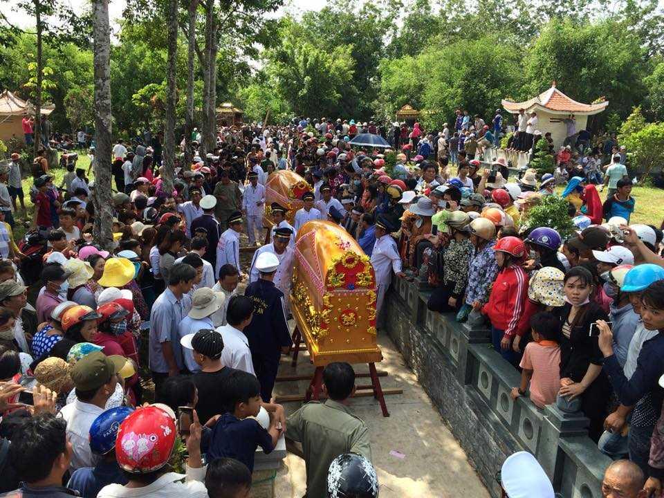 Hàng nghìn người dân đã đến đưa tiễn 6 thành viên trong vụ thảm sát ở Bình Phước về nơi an nghỉ cuối cùng