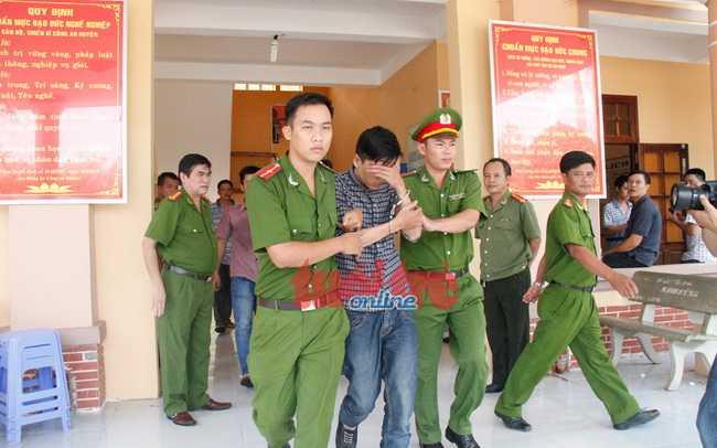 Bị cáo Nguyễn Hải Dương được dẫn giải từ trụ công an huyện Chơn Thành, tỉnh Bình Phước ra xe về trại tạm giam (Ảnh: Tuổi trẻ)