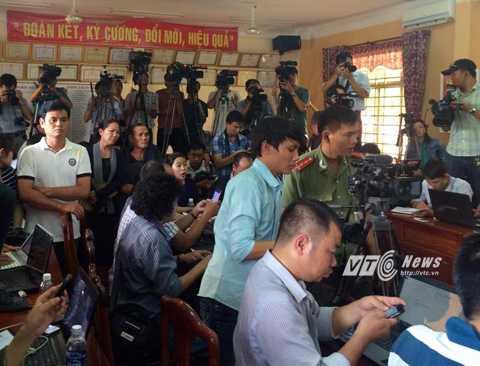 Phóng viên tác nghiệp tại buổi họp báo thông tin về vụ thảm sát Bình Phước                (Ảnh: Phan Cường)