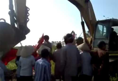 Xô xát giữa người dân và đơn vị thi công xảy ra sáng ngày 10/7 tại KCN Cẩm Điền (Cẩm Giàng, Hải Dương) - Ảnh cắt từ clip