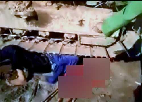 Một người dân được cho là bị máy xúc của đơn vị thi công chèn lên người - Ảnh cắt từ clip