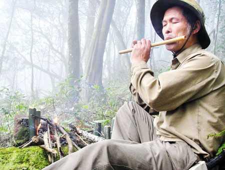 Ông Lâm thổi sáo gọi khỉ ở Fansipan