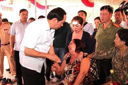 Bộ trưởng Trần Đại Quang  thăm hỏi, chia sẻ với gia đình các nạn nhân