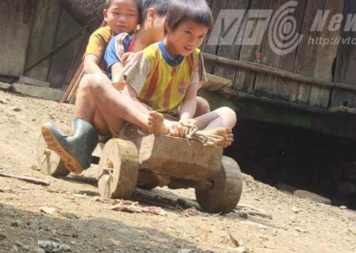 Xe gỗ là đồ chơi duy nhất của bọn trẻ sống giữa rừng già