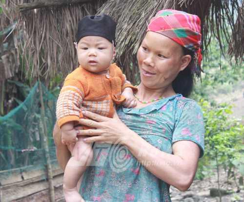 Chị Lý Thị Mấy và đứa con mới sinh