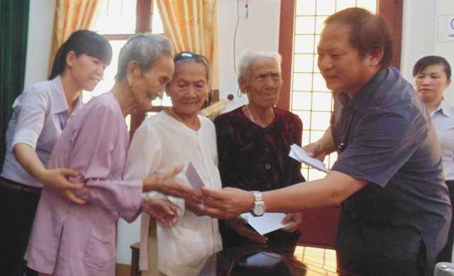 Thứ trưởng Trương Minh Tuấn trao quà cho Mẹ Việt Nam Anh hùng tại xã Bảo Ninh (TP.Đồng Hới). Ảnh: Lê Phi Long
